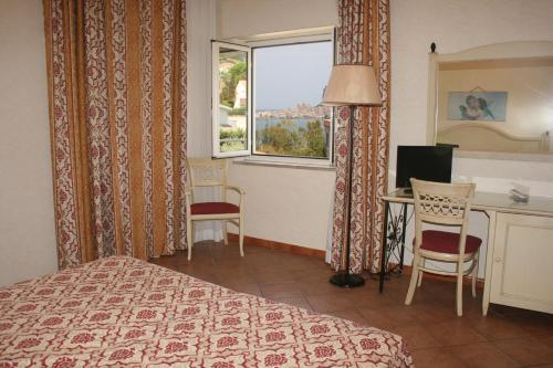 A bed or beds in a room at Hotel Santa Lucia Le Sabbie d'Oro