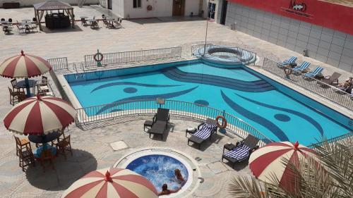 منظر المسبح في Dubai Grand Hotel by Fortune, Dubai Airport او بالجوار