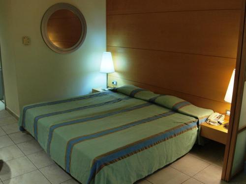 Een bed of bedden in een kamer bij Calypso Beach