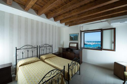 A bed or beds in a room at Hotel Aliai