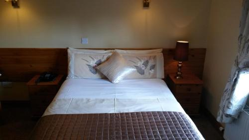 A bed or beds in a room at Ballyraine Guesthouse