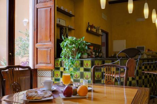 Un restaurante o sitio para comer en L'Agora Hotel