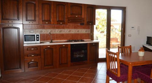A kitchen or kitchenette at Appartamenti famiglia Pinna - Villa Gioiosa -