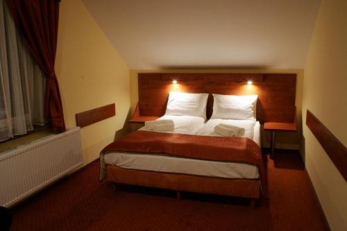 Łóżko lub łóżka w pokoju w obiekcie Hotel Kuźnia Oberża Polska