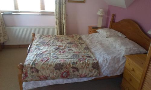 A bed or beds in a room at Ethan House B&B