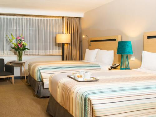 A bed or beds in a room at Galeria Plaza Reforma