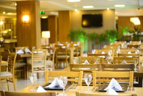 A restaurant or other place to eat at Nadai Confort Hotel e Spa