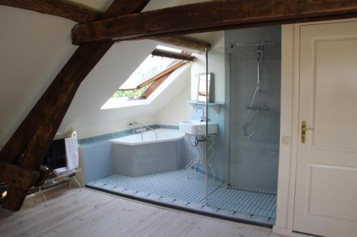 A bathroom at Annelies'Place to B& B