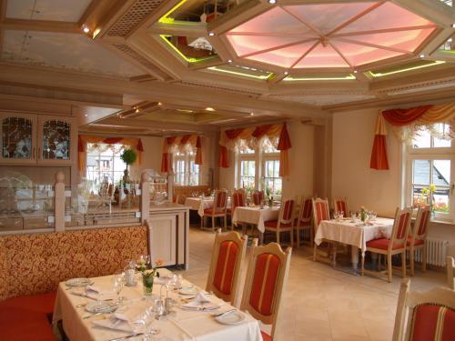Ein Restaurant oder anderes Speiselokal in der Unterkunft Hotel Zum weißen Stein