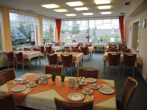Ein Restaurant oder anderes Speiselokal in der Unterkunft Hotel Malchen Garni