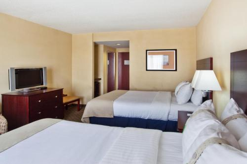 A bed or beds in a room at Holiday Inn Augusta West I-20