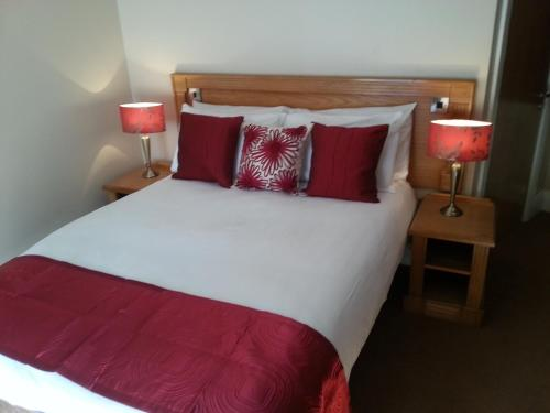 A bed or beds in a room at Murphys Hotel