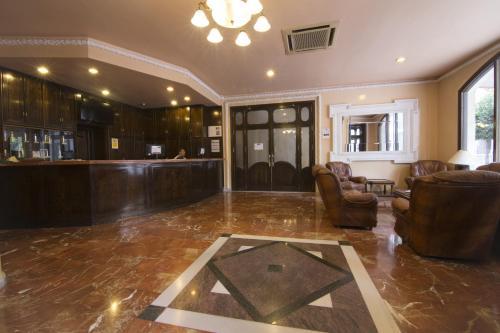 El vestíbulo o zona de recepción de Balneario de Archena - Hotel León