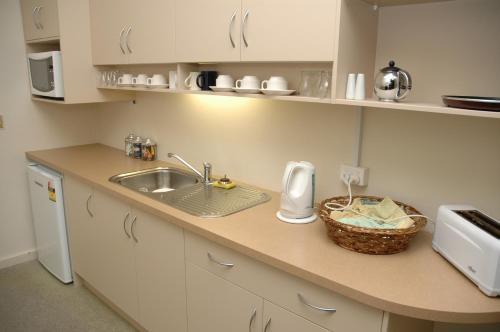 A kitchen or kitchenette at Belmore Hotel Maitland