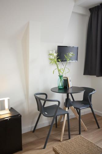 A television and/or entertainment center at Kuwadro B&B Amsterdam Jordaan