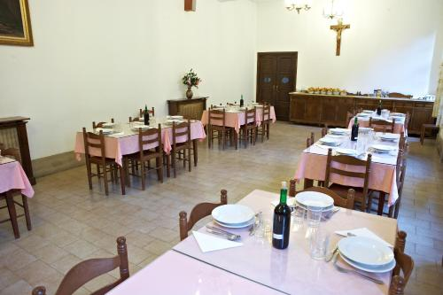 A restaurant or other place to eat at Casa Diocesana VIA LUCIS
