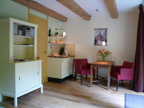 A kitchen or kitchenette at B&B Pakhuis Emden