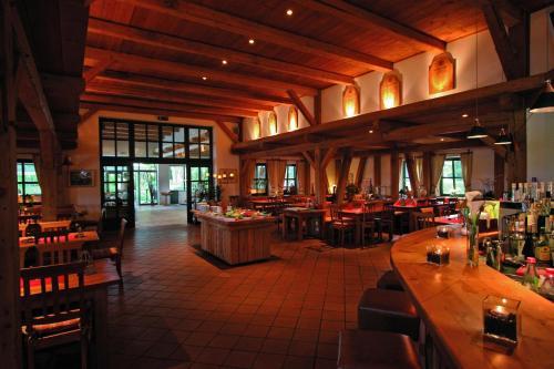 Ein Restaurant oder anderes Speiselokal in der Unterkunft Golfhotel Gut Apeldör
