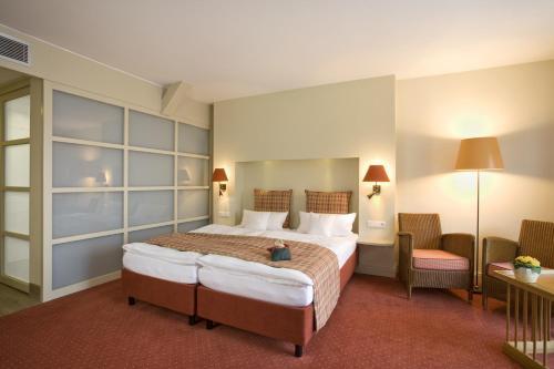 Ein Bett oder Betten in einem Zimmer der Unterkunft Golfhotel Gut Apeldör