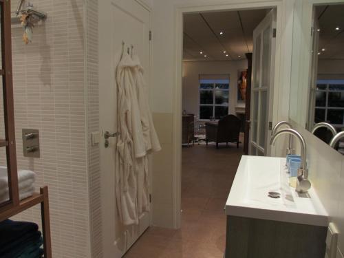 Een badkamer bij B&B Boerderij Wijtvliet