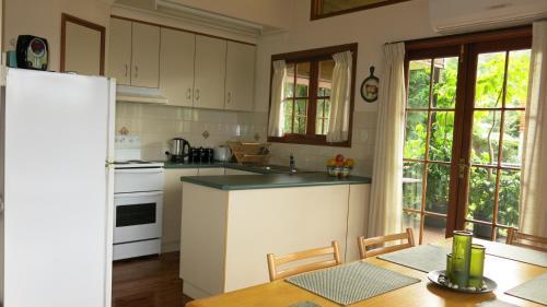 A kitchen or kitchenette at Ravensbourne Escape - Cedar Lodge