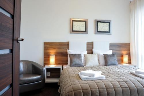 A bed or beds in a room at Apartamenty Starówka - Riverside