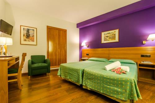 A bed or beds in a room at YIT Conquista de Toledo
