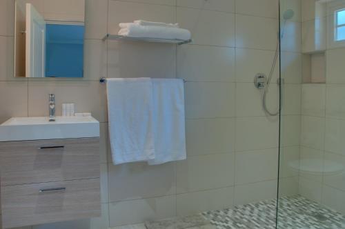 A bathroom at ilanda Guest House