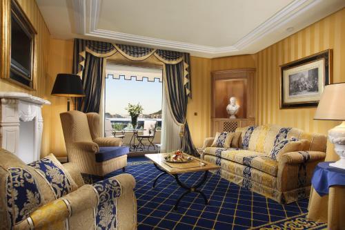 אזור ישיבה ב-Royal Olympic Hotel
