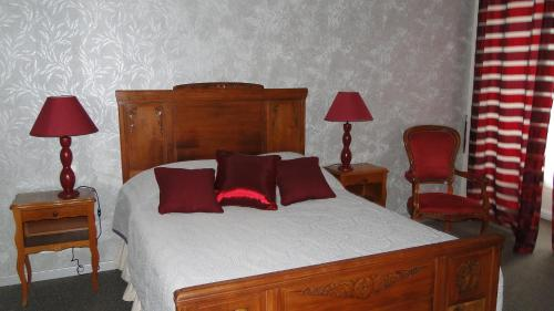 A bed or beds in a room at Manoir La Haie Chapeau