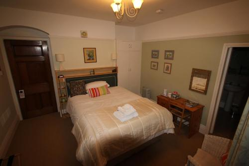 A bed or beds in a room at Woodlands Bed & Breakfast