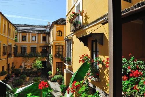 Un patio o zona al aire libre en Hotel Las Casas de la Judería