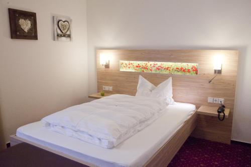 Ein Bett oder Betten in einem Zimmer der Unterkunft Edelfinger Hof