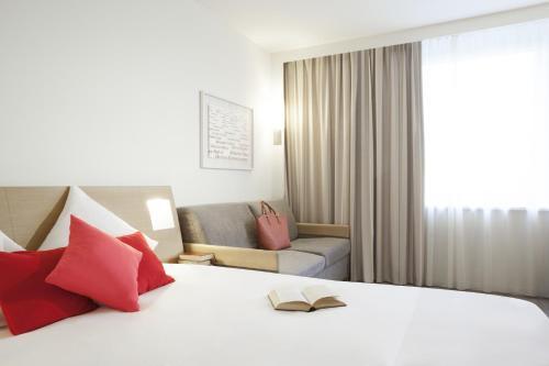 Кровать или кровати в номере Novotel Zürich Airport Messe