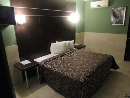 A bed or beds in a room at Hotel Metropolitano Tampico