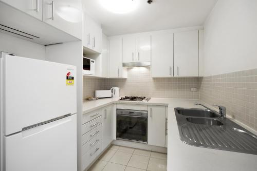 A kitchen or kitchenette at Astra Apartments Sydney - Kent Street