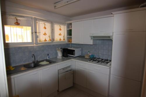 A kitchen or kitchenette at La Victoire