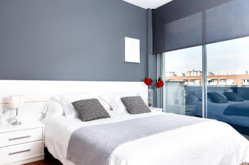 A bed or beds in a room at Feelathome Poblenou Beach Apartments