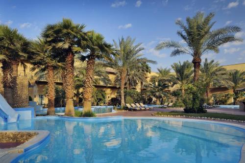 المسبح في فندق موڤنبيك الكويت أو بالجوار