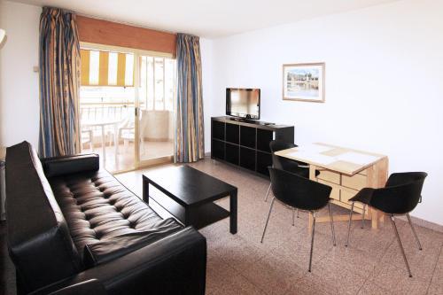 A seating area at Apartamentos Indasol