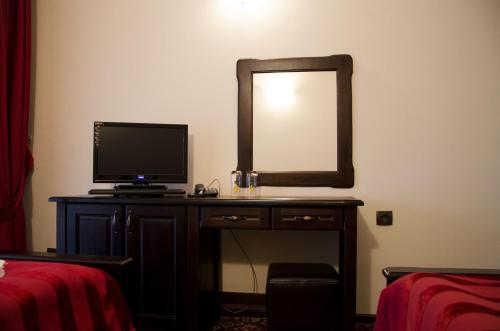 A television and/or entertainment center at Rubis Hotel