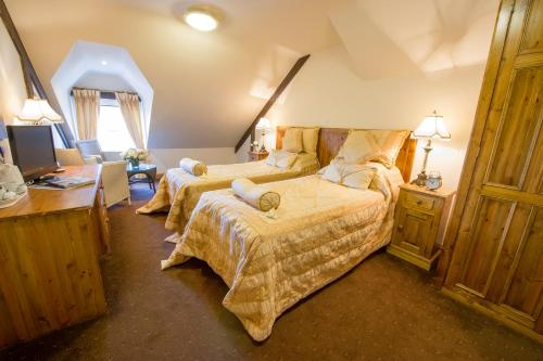A bed or beds in a room at The King William IV Country Inn & Restaurant