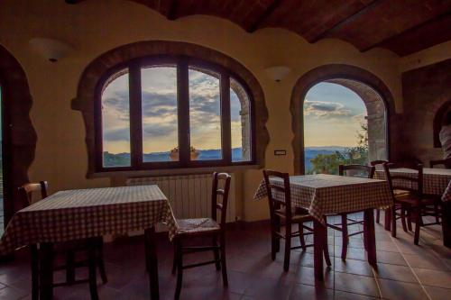 A restaurant or other place to eat at Il Borgo di Gebbia b&b