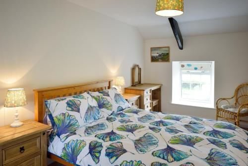 A bed or beds in a room at Cronk Darragh Cottage
