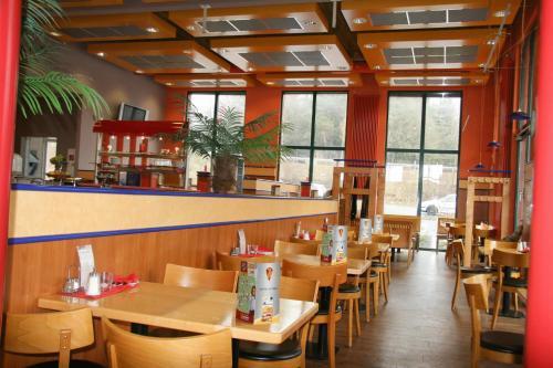 Ein Restaurant oder anderes Speiselokal in der Unterkunft Hotel Neumarkt