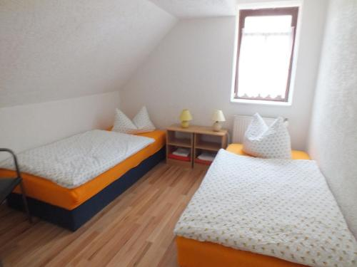 A bed or beds in a room at Pension Hinz & Kunz