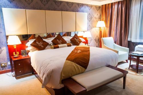 Grand Legacy Hotelにあるベッド
