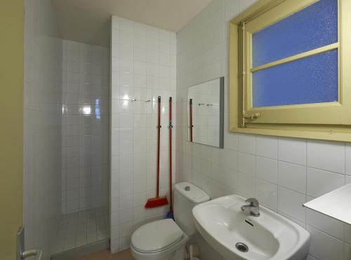A bathroom at Apartamentos Montserrat Abat Marcet