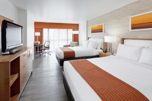 A bed or beds in a room at Holiday Inn San Antonio-Riverwalk