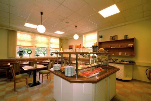 Ein Restaurant oder anderes Speiselokal in der Unterkunft Traveller Hotel